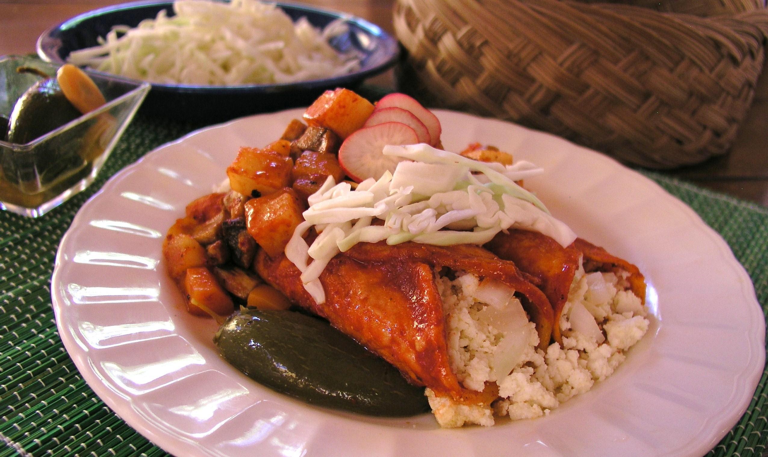 Enchiladas Rojas en Mi Cocina Pequeña | Cooking in Mexico